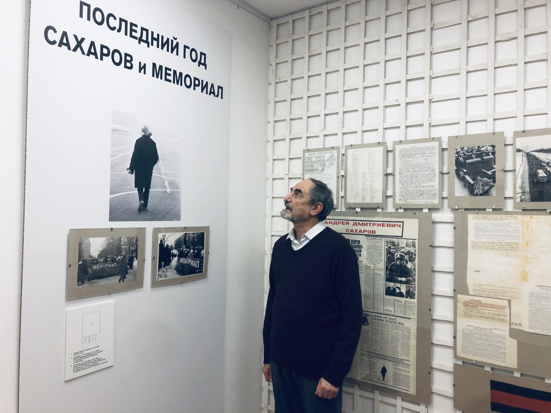 Куратор выставки, историк Борис Беленкин.