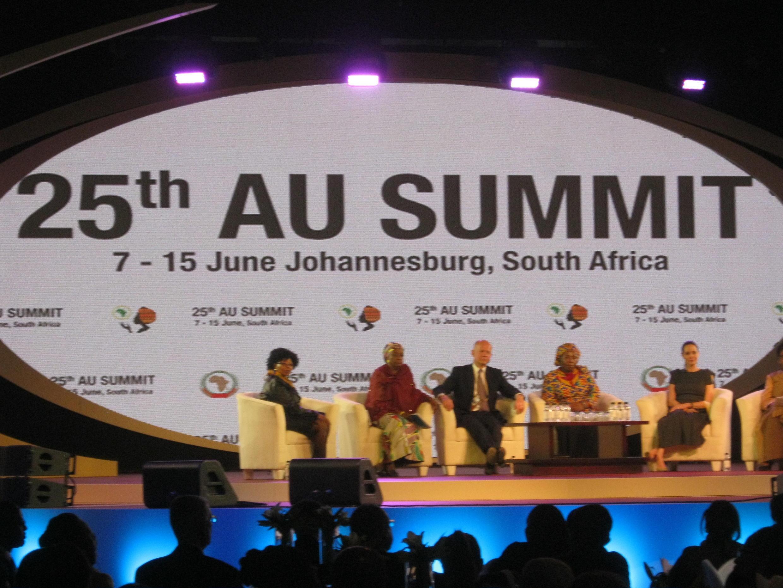 A actriz Angelina Jolie, embaixadora da boa vontade da ONU (à direita) esta sexta-feira na Cimeira da UA