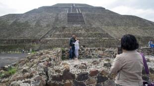 Des touristes posent devant le site archéologique de Teotihuacan, l'un des clous touristiques au Mexique, près de Mexico, le 10 septembre 2020.