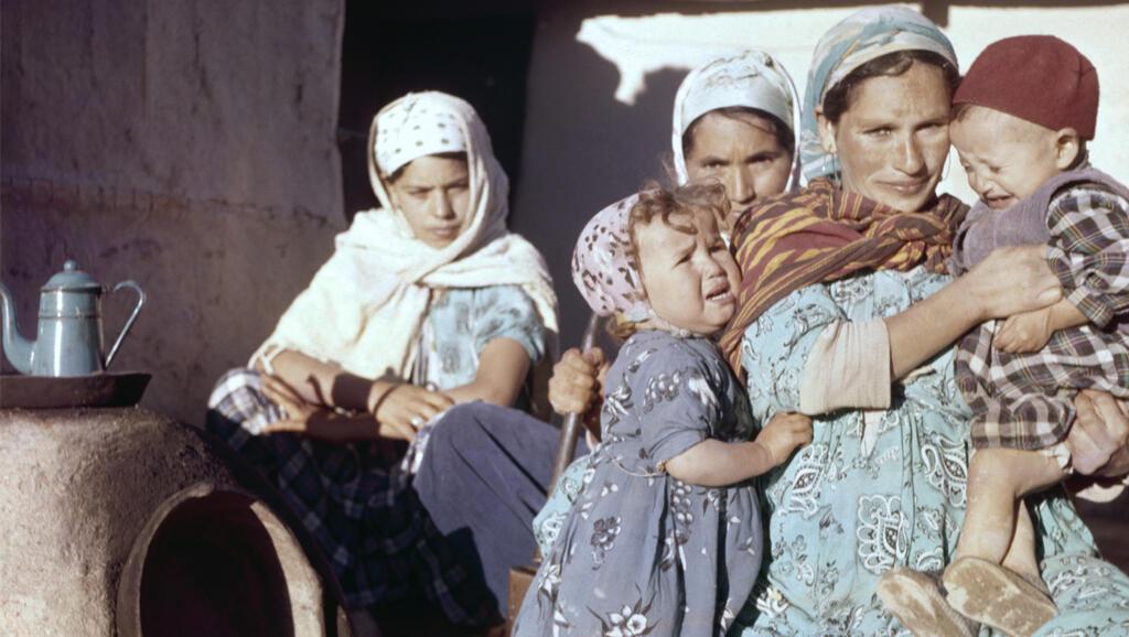 Camp de regroupement de Novi en Algérie Femmes réfugiées avec leurs enfants dans le camp de regroupement de Novi, en décembre 1959, Algérie.