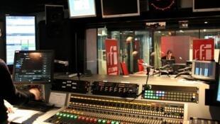 Juan Gomez à l'antenne de RFI, en direct du studio 31.