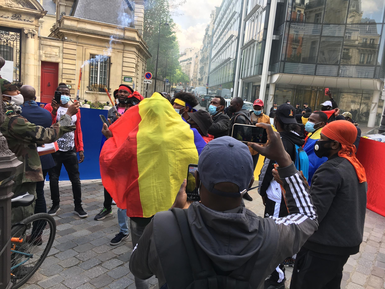 À l'annonce de la mort d'Idriss Déby, quelques jeunes Tchadiens de la diaspora se sont retrouvés près de l'ambassade du Tchad à Paris.