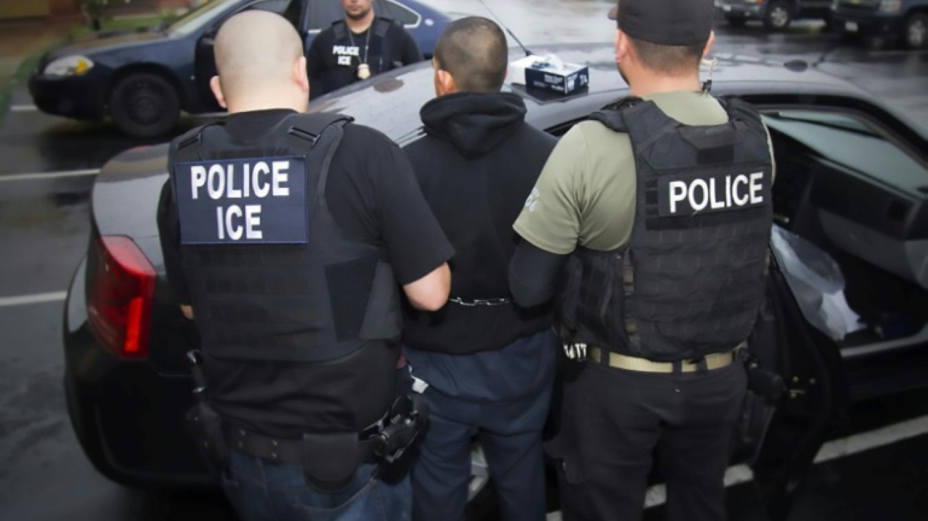 پلیس آمریکا حین دستگیری یک مهاجر