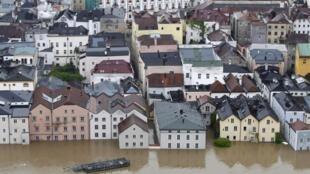 Após fortes chuvas, rios transbordam e alagam cidades no sul e no leste da Alemanha.