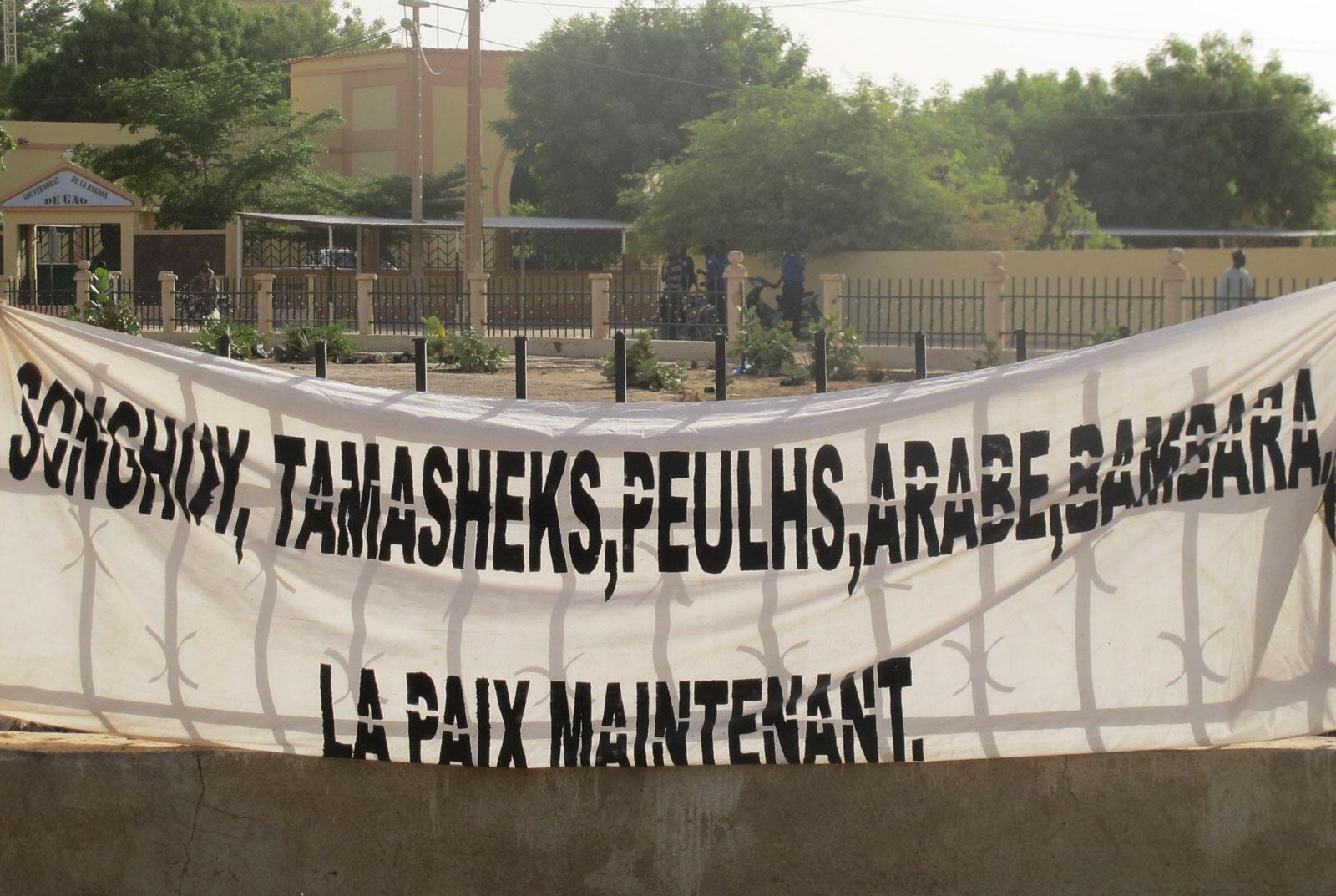 Une banderole de soutien au processus de paix dans le centre-ville de Gao en avril 2015.