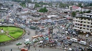 Vue panoramique du rond point de la Liberté, dans le quartier d'Adjamé à Abidjan, en Côte d'Ivoire.