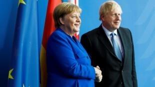 Thủ tướng Đức Angela Merkel (T) và đồng nhiệm Anh Boris Johnson trước cuộc họp báo tại Berlin. Ảnh ngày 21/08/2019.