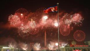 Fuegos artificiales en la Plaza Kim Il Sung Pyongyang, Corea del Norte