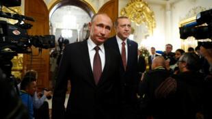 Владимир Путин (слева) и Реджеп Тайип Эрдоган, Стамбул, 10 октября 2016.