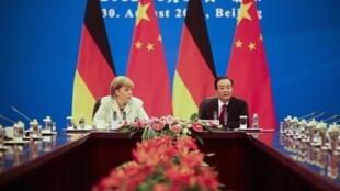 លោកស្រីនាយករដ្ឋមន្ត្រីអាល្លឺម៉ង់ Angela Merkel នៅទីក្រុងប៉េកាំងទទួលដោយលោកនាយករដ្ឋមន្ត្រីចិន វិន ជាប៉ាវ