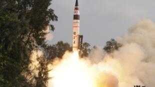 Ảnh minh họa : Hỏa tiễn Agni V được phóng từ đảo Wheeler, Ấn Độ ngày 19/04/2012.
