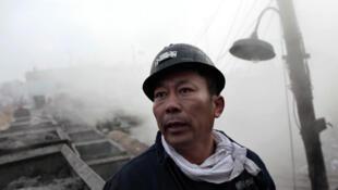 一名礦工正在黑龍江鶴崗市新興煤礦礦井外等待同伴的休息。路透社