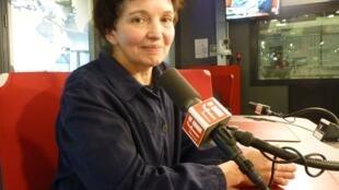 Emma Malig en los estudios de RFI