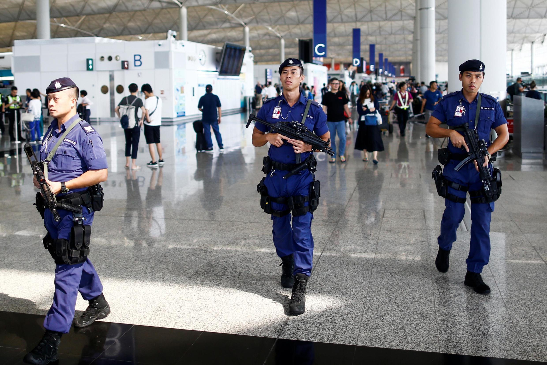 Cảnh sát tuần tra tại sân bay Hồng Kông, sau một đêm đụng độ với người biểu tình. Ảnh chụp ngày 14/08/2019.