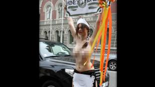 Une féministe manifeste contre le directeur général du FMI, Dominique Strauss-Kahn, devant la banque nationale d'Ukraine, le 16 mai 2011. .