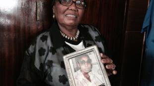 Ernestina Simelane, tenant  la photo de sa fille Nokuthula Simelane, militante de l'ANC disparue.