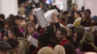 美國紐約著名Macy百貨公司黑色星期五大減價洶湧搶購人潮  2014年11月24日