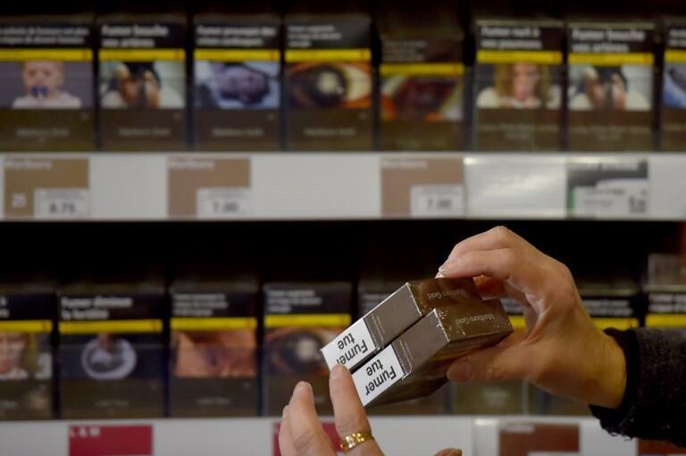 Des paquets de cigarettes en vente dans le tabac à Vertou dans l'Ouest de la France.