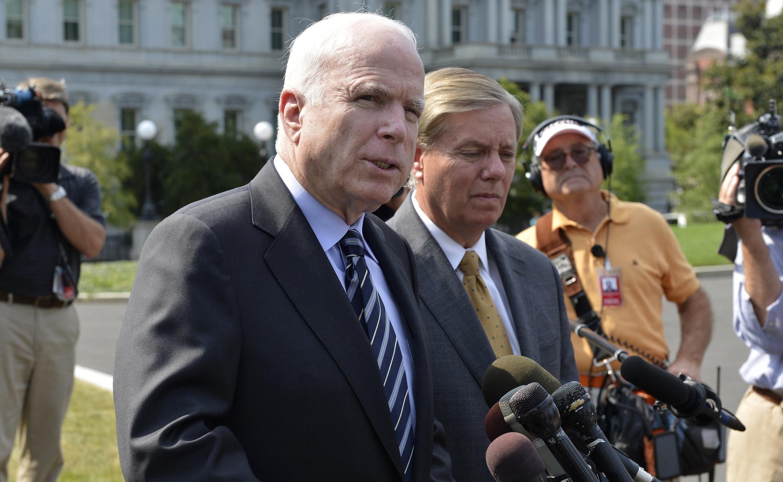 Сенаторы Джон Маккейн и Линдси Грэм после встречи с Бараком Обамой в Белом Доме 02/09/2013