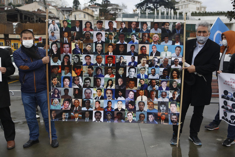 2021年2月10日,在土耳其的維吾爾人在中國駐伊斯坦布爾領事館附近,舉着失蹤親人的畫像抗議北京政權。