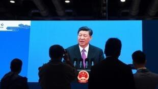 Des journalistes regardent l'allocution de Xi Jinping, à la fin du deuxième forum des Nouvelles routes de la soie, le 27 avril.