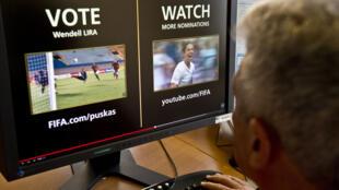 Tela de computador que exibe a página web da FIFA, onde todos podem votar pelo seu candidato favorito para o Prêmio Puskas-greatest, objetivo do ano. Montevidéu, 01 de dezembro de 2015.