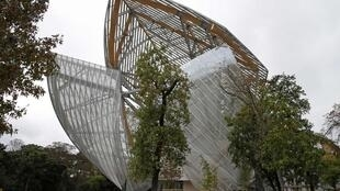 La Fondation Louis Vuitton, conçue par l'architecte américain Frank Gehry, située dans le Bois de Boulogne de Paris, ouvre officiellement ses portes le 27 octobre 2014.