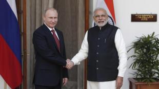 O presidente da Rússia, Vladimir Putin, foi recebido pelo primerio-ministro da Índia, Narendra Modi, nesta quinta-feira, em Nova Délhi.