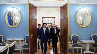 Tổng thống Nga Vladimir Putin (P) và thủ tướng Nhật Shinzo Abe đi vào phòng hội đàm, Matxcơva, Nga, ngày 22/01/2019