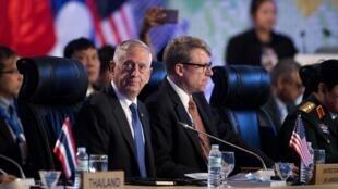 Đại diện Hoa Kỳ tham gia một hội nghị Bộ trưởng Quốc Phòng ASEAN mở rộng. Hội nghị tổ chức tại Manila hồi 2017.