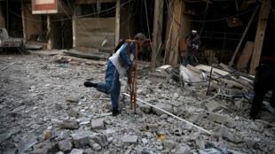 Après un bombardement près d'une école de Douma, dans la banlieue de Damas en Syrie, le 13 décembre  2015.