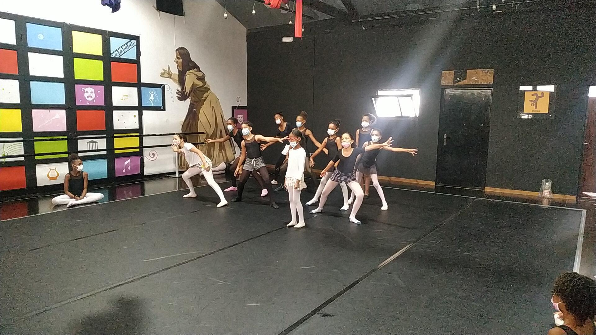 O núcleo de ballet clássico da Academia Livre de Artes Integradas do Mindelo, na ilha de São Vicente