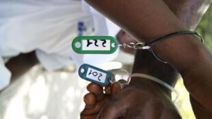 Les petits bracelets d'identification délivrés par l'administration aux réfugiés avant de les lâcher dans la nature.