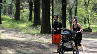 Una pareja corre con su bebé en el bosque de Los Colombos, en Zapopan, estado de Jalisco, México, el 1º de agosto de 2020, en medio de la pandemia COVID-19