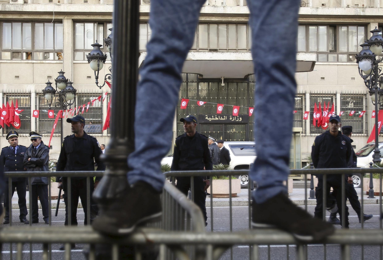 Les forces de l'ordre encadrent une manifestation à Tunis, Tunisie, le 20 janvier 2016.