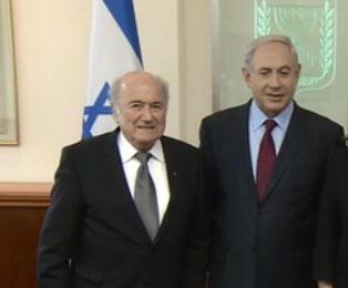 """Sepp Blatter (à esq.) encontrou o premiê israelense, Benjamin Netanyahu, em Jerusalém, e disse estar """"em missão de paz""""."""