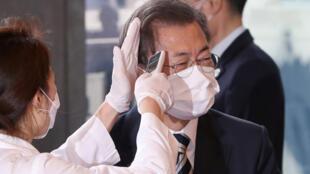 Covid-19 : Tổng thống Hàn Quốc Moon Jae In bị đo nhiệt độ lúc vào Quốc Hội. Ảnh ngày 28/02/2020.