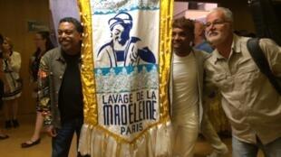 O secretário da Cultura da Bahia, Jorge Portugal (esquerda), o produtor Robertinho Chaves (centro) e o compositor baiano Roberto Mendes na sede da Unesco, em Paris.