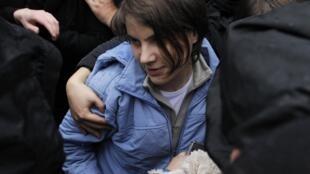Екатерина Самуцевич в объятиях друзей по выходе из зала суда. Москва 10/10/2012