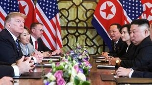 Presidente americano Donald Trump (esquerda) e líder norte-coerano Kim Jong Un (direita) em Hanói a 28 de Fevereiro de 2019.