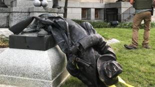 A Durham, en Caroline du Nord, la foule a arraché de son socle la statue d'un soldat confédéré, lundi 14 août.