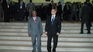 Presidentes moçambicano, Armando Guebuza, e cabo-verdiano, Jorge Carlos Fonseca em Maputo a 19 de Julho de 2012