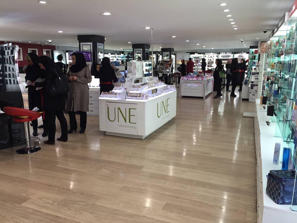 Selon les chiffres officiels, l'Iran importe chaque année quelque deux milliards de dollars de produits cosmétiques dont la moitié entre dans le pays illégalement par voie de contrebande.