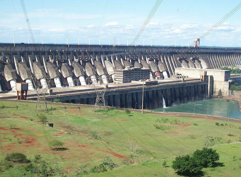Le barrage d'Itaipu, géré par Eletrobras et le Paraguay est situé sur le rio Paraná, à la frontière entre le Brésil et le Paraguay. Il a été construit par les deux pays entre 1975 et 1982.