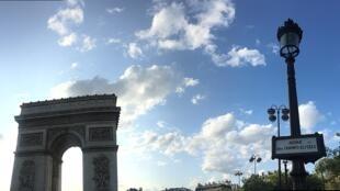 1024px-Arc_de_Triomphe_et_panneau_Champs_Elysées
