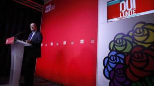 Le Premier secrétaire du Parti socialiste, Jean-Christophe Cambadélis a présenté le 29 septembre 2015, la question ainsi que le calendrier du référendum organisé par le PS.