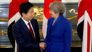 El prime rministro japonés Shinzo Abe recibió a su par británico, Theresa May, en el palacio de gobierno en Tokyo. Este 31 de agosto de 2017.