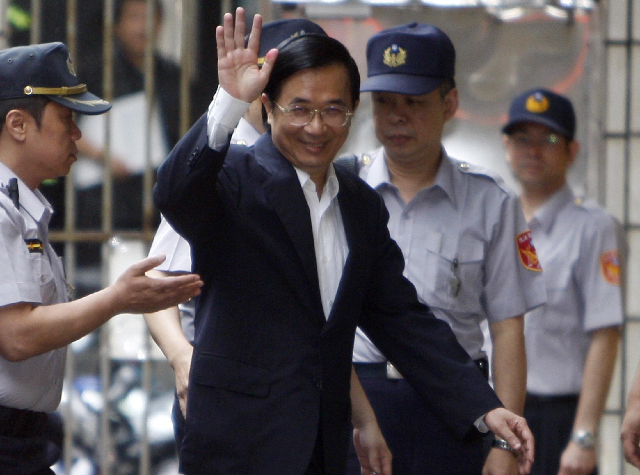 Cựu Tổng thống Đài Loan Trần Thủy Biển vẫy chào những người ủng hộ ông khi đến Tối cao Pháp viện ngày 11/10/2010