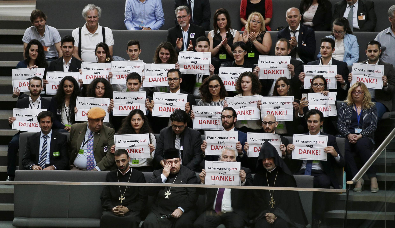 """Cộng đồng người Armenia tại Đức trưng biển """"cảm ơn"""" sau khi Quốc Hội Đức thông qua nghị quyết công nhận nạn diệt chủng người Armenia tại Thổ Nhĩ Kỳ."""