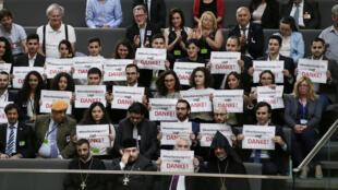 A Berlin, au Bundestag, des membres de la communauté arménienne portent des écriteaux où figurent des remerciements pour ce vote du 2 juin 2016.